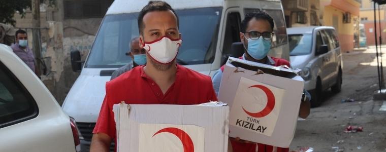 التنمية الاجتماعية بالتعاون مع الهلال الأحمر التركي توزع طرود غذائية على الأسر المحجورة داخل منازلها في خان يونس