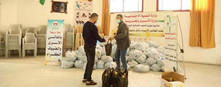 التنمية الاجتماعية بالتعاون مع وزارة الأسرى توزع سلات غذائية رمضانية على ذوي الأسرى داخل السجون